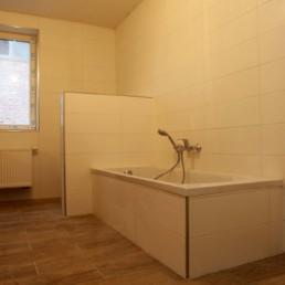 Nieuwe badkamer met bad